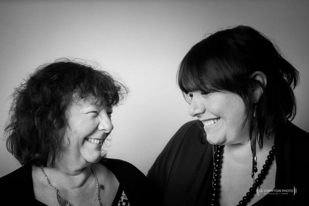"""alt=""""séance portrait famille rire entre mère et fille_photographe oise beauvais picardie hauts de france_le comptoir photo"""""""