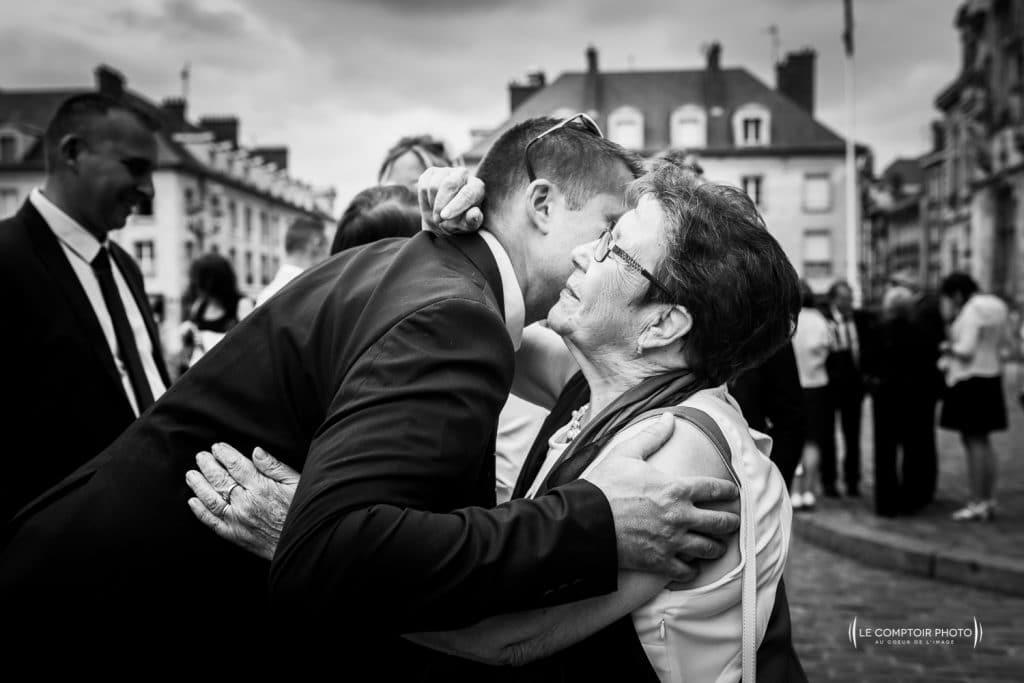 Mariage- La Ferme de Maubuisson - Verneuil en Halatte - Compiegne-Le Comptoir Photo - Photographe mariage oise beauvais-embrassade-émotion-34