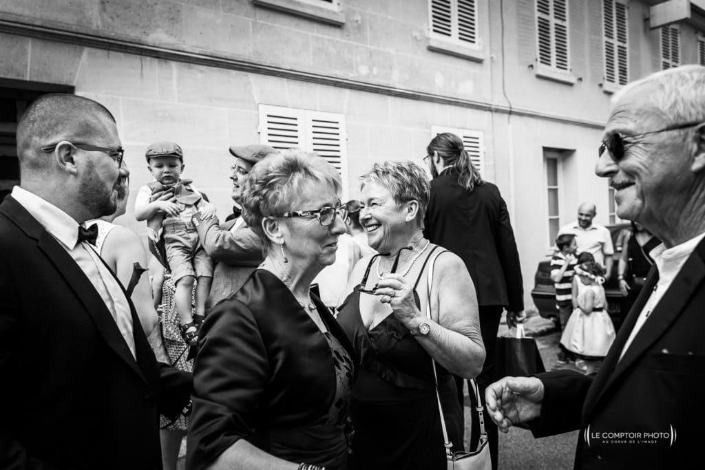 Mariage-Ferme La Biza - Missy sur aisne - lieu reception-Photographe mariage oise beauvais compiègne - Le Comptoir Photo-photo embrassade-invités-émotion-rire-mairie-compiègne-190