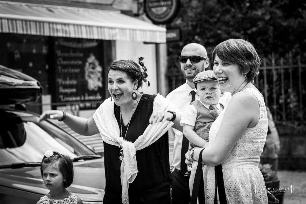 Mariage-Ferme La Biza - Missy sur aisne - lieu reception-Photographe mariage oise beauvais compiègne - Le Comptoir Photo-photo embrassade-invités-émotion-rire-mairie-compiègne-223