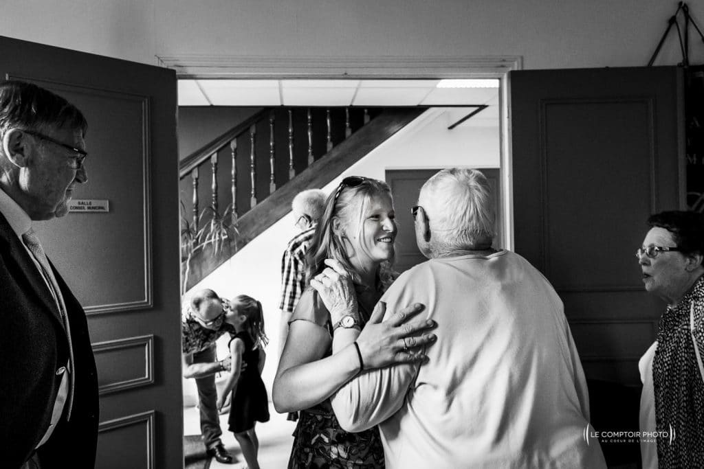 Mariage-Ferme La Biza - Missy sur aisne - lieu reception-Photographe mariage oise beauvais compiègne - Le Comptoir Photo-photo embrassade-invités-émotion-rire-mairie-compiègne-283