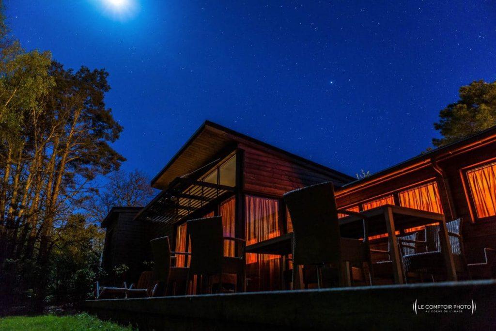 """alt=""""Vue maison cottage nuit étoilée center parcs_Le Comptoir Photo_Beauvais"""
