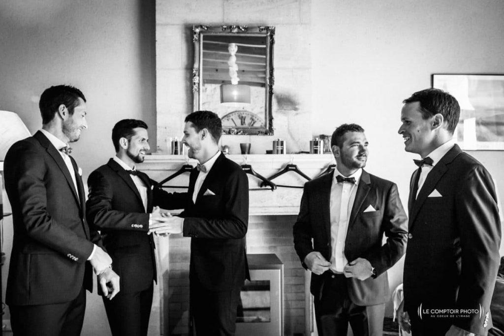 Photographe mariage oise-Beauvais-Compiègne- Mariage franco-canadien-chateau lardier - ruch- bordeaux-libourne-ruch-aquitaine-gironde-émotion-naturelle-Le Comptoir Photo-embrassade-rire entre témoins-garcons d'honneur-amis