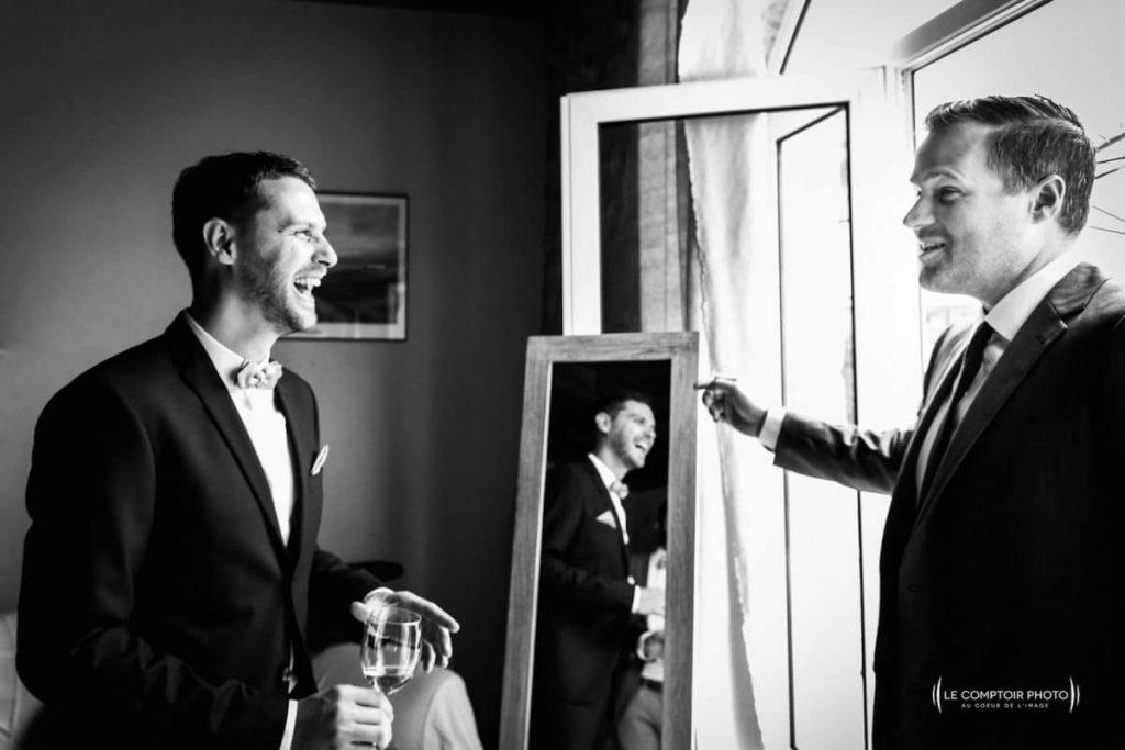 Photographe mariage oise-Beauvais-Compiègne- Mariage franco-canadien-chateau lardier - ruch- bordeaux-libourne-ruch-aquitaine-gironde-émotion-naturelle-Le Comptoir Photo-embrassade-rire entre amis