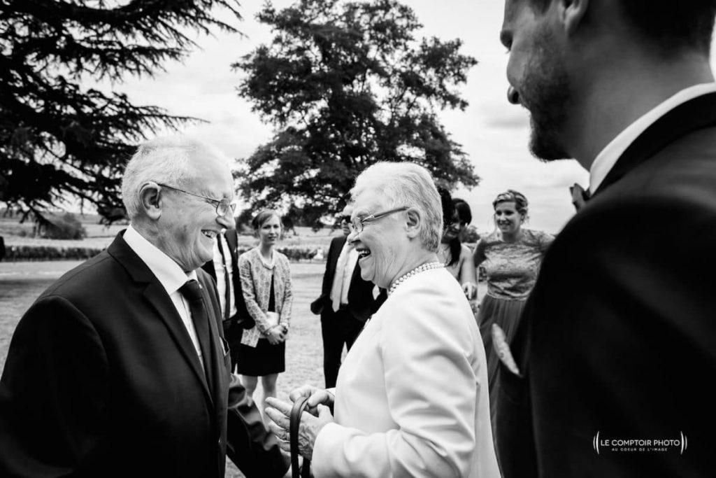 Photographe mariage oise-Beauvais-Compiègne- Mariage franco-canadien-chateau lardier - ruch- bordeaux-libourne-ruch-aquitaine-gironde-émotion-naturelle-Le Comptoir Photo-rigolade entre les grands-parents