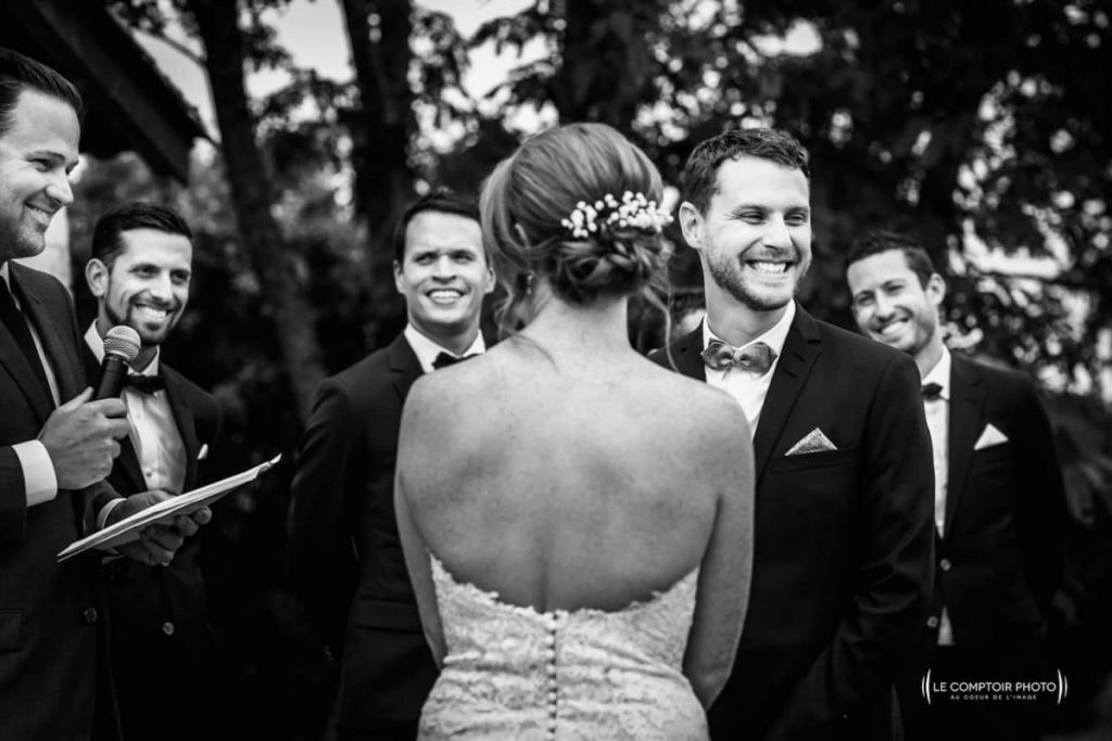 Photographe mariage oise-Beauvais-Compiègne- Mariage franco-canadien-chateau lardier - ruch- bordeaux-libourne-ruch-aquitaine-gironde-émotion-naturelle-Le Comptoir Photo-rire et sourie du marié lors de la promesse devant la mariée et ses garcons d'honneur