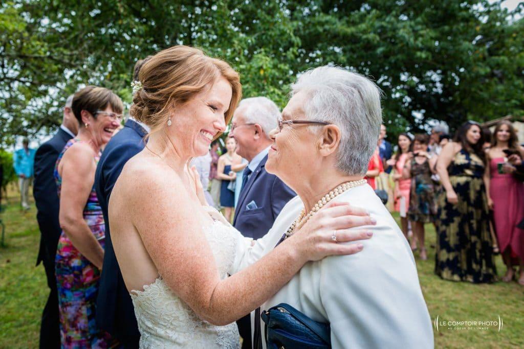 Photographe mariage oise-Beauvais-Compiègne- Mariage franco-canadien-chateau lardier - ruch- bordeaux-libourne-ruch-aquitaine-gironde-émotion-naturelle-Le Comptoir Photo-embrassade mariée-grand-mère