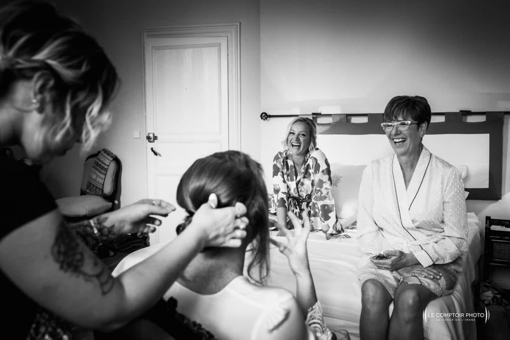 Photographe mariage oise-Beauvais-Compiègne- Mariage franco-canadien-chateau lardier - ruch- bordeaux-libourne-ruch-aquitaine-gironde-émotion-naturelle-Le Comptoir Photo-discussion et rire entre maman-amie-mariée