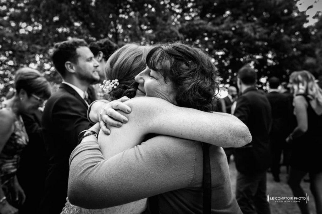 Photographe mariage oise-Beauvais-Compiègne- Mariage franco-canadien-chateau lardier - ruch- bordeaux-libourne-ruch-aquitaine-gironde-émotion-naturelle-Le Comptoir Photo-embrassade invitée-mariée