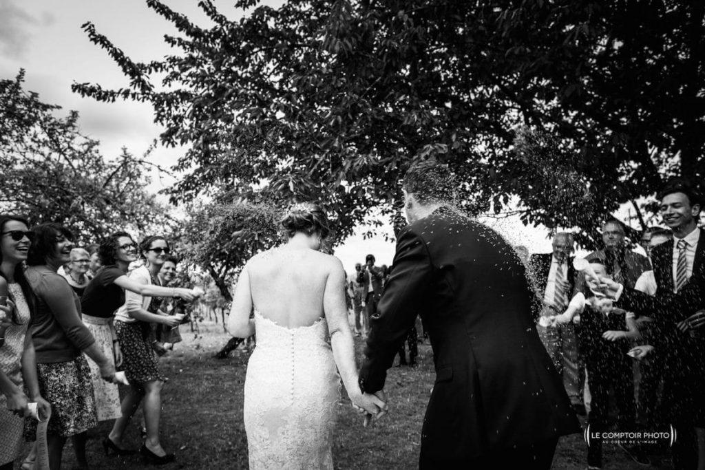 Photographe mariage oise-Beauvais-Compiègne- Mariage franco-canadien-chateau lardier - ruch- bordeaux-libourne-ruch-aquitaine-gironde-émotion-naturelle-Le Comptoir Photo-sortie des mariés avec du riz