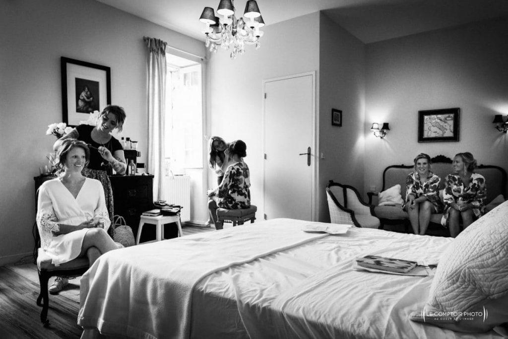 Photographe mariage oise-Beauvais-Compiègne- Mariage franco-canadien-chateau lardier - ruch- bordeaux-libourne-ruch-aquitaine-gironde-émotion-naturelle-Le Comptoir Photo-préparatifs de la mariée - maquillage et discussion rigolote entre amies