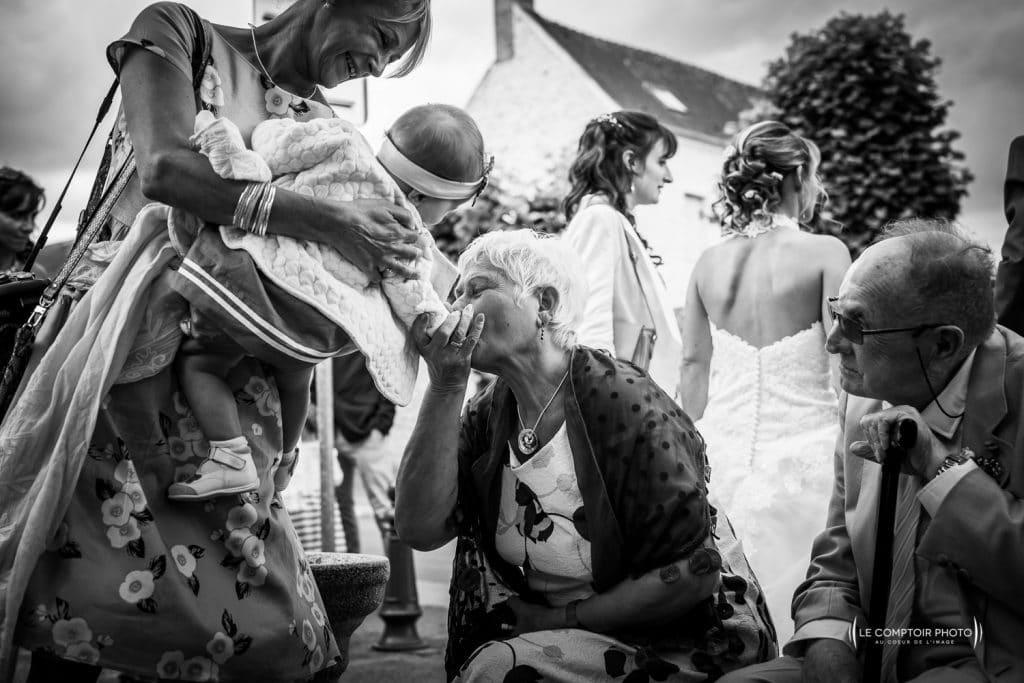 Mariage-saint leu d'esserent-Senlis-Chantilly-photographe mariage-oise-beauvais-compiegne-émotion-naturel-Le Comptoir Photo-embrassade grand mère-enfant-4