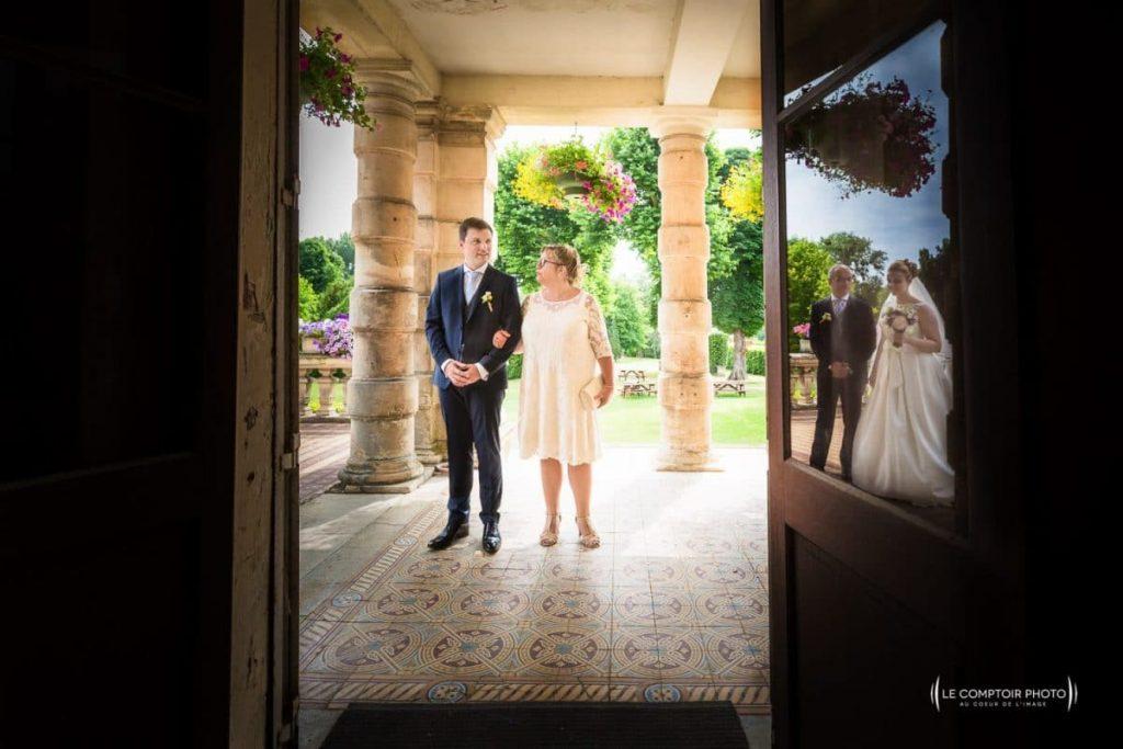 """alt=""""entrée de la mairie-reflet-porte-parents-Photographe mariage chateau vic sur aisne - choisy au bac oise - photographe oise mariage-Le Comptoir-Photo-Beauvais-Compiègne-Chantilly-Picardie-Hauts-de-France"""""""
