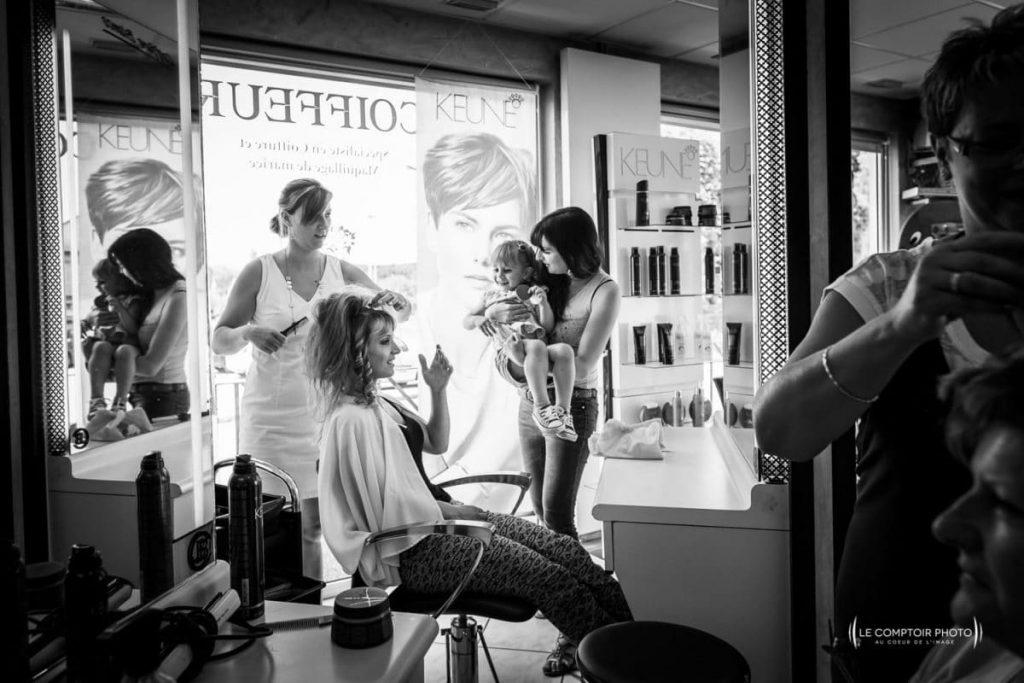 """alt=""""préparatifs de la mariee-coiffure-coiffeur-reflet miroir-Photographe saint leu d'esserent mariage oise - photographe oise mariage-Le Comptoir-Photo-Beauvais-Compiègne-Chantilly-Picardie-Hauts-de-France"""""""