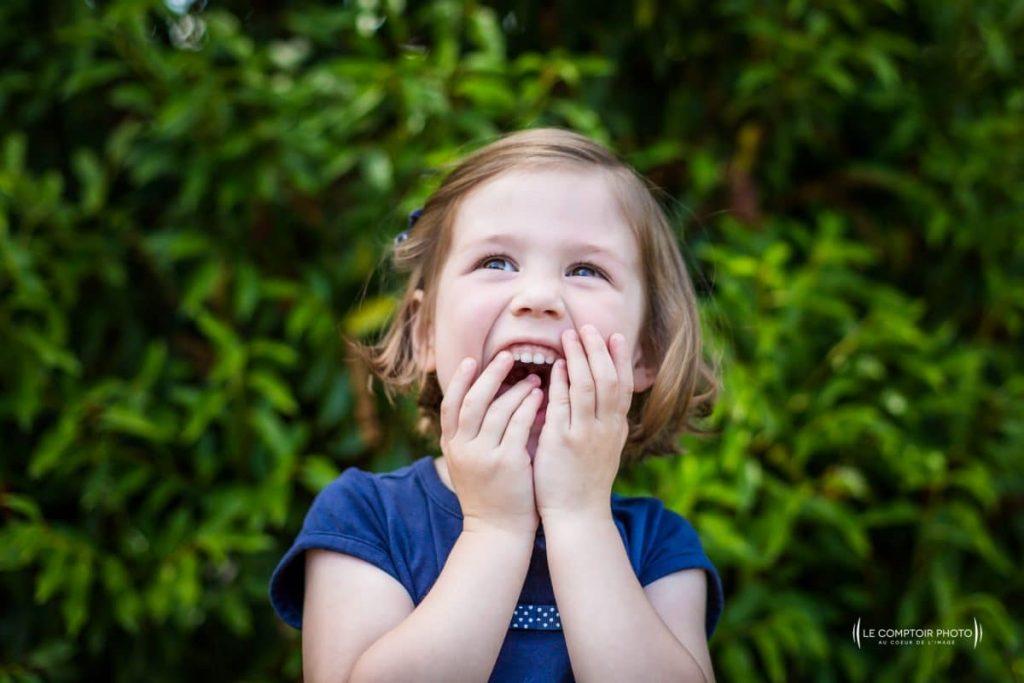 """alt = """" photo portrait enfant_exterieur_rire_Chamans_Beauvais_Le Comptoir Photo """""""