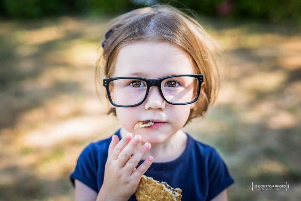 """alt = """" photo portrait enfant_exterieur_rire lunette regard_Chamans_Beauvais_Le Comptoir Photo """""""