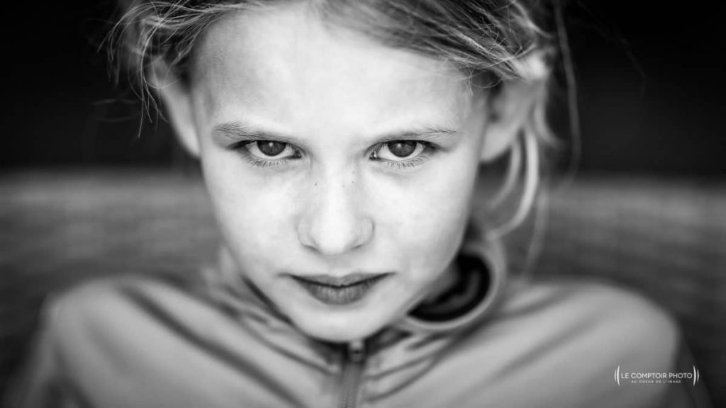 """alt= """" photo portrait enfant_regard_exterieur_Beauvais_Le Comptoir Photo """""""