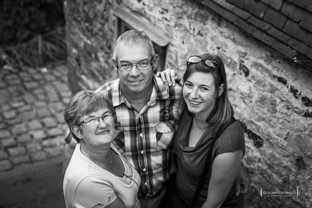 """alt= """" portrait-exterieur_famille_Gerberoy_parents-enfant_embrassade-Le-Comptoir-Photo_Beauvais """""""