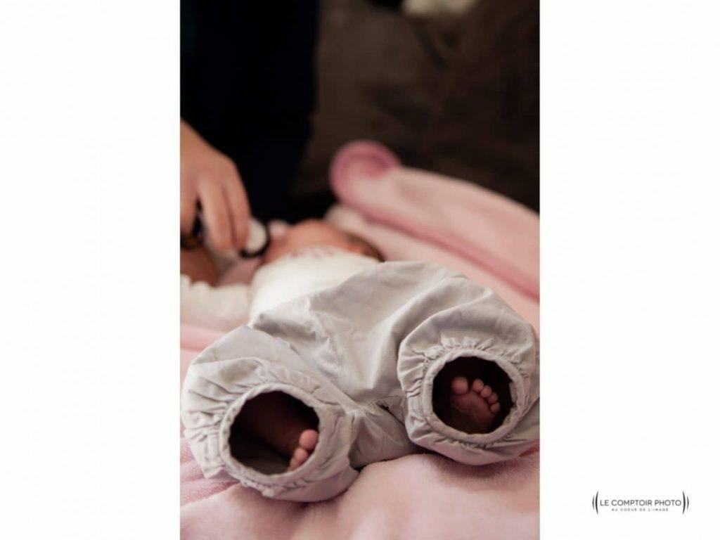 Seance portrait nouveau ne_maison-enfant-regard_emotion_pied dans le pantalon_Le Comptoir Photo_Beauvais