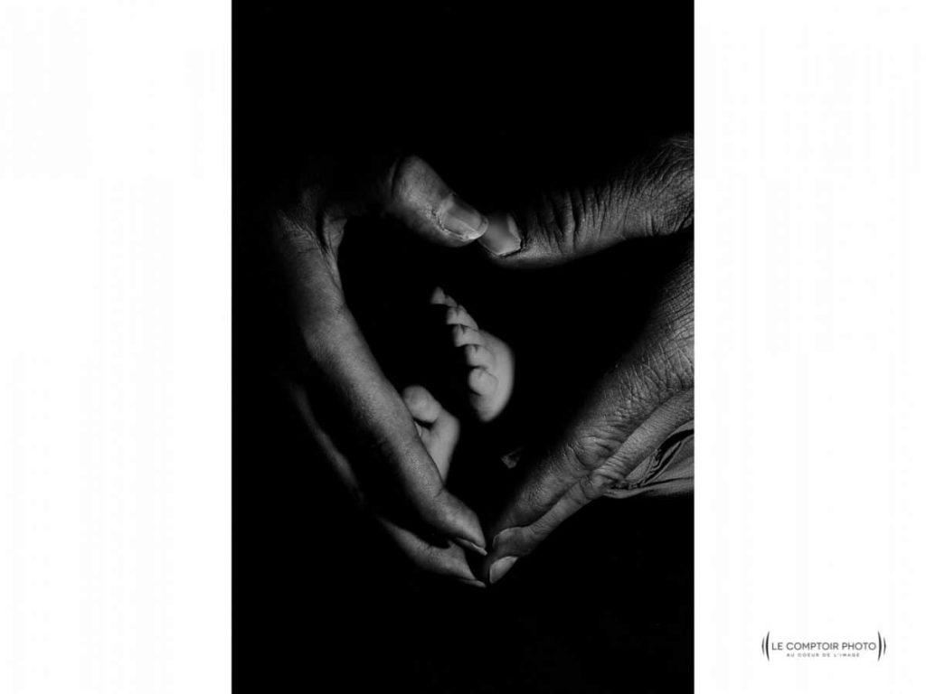 """alt= """" Seance portrait nouveau ne_maison-enfant-regard_emotion_mains parents_Le Comptoir Photo_Beauvais """""""