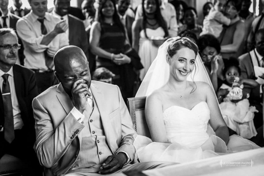 Photographe mariage oise - ile de france - Chatou- Carrièeres sur seine-Yvelines-rire des mariés dans la mairie de Châtou_Le Comptoir Photo-Photographe oise beauvais-picardie