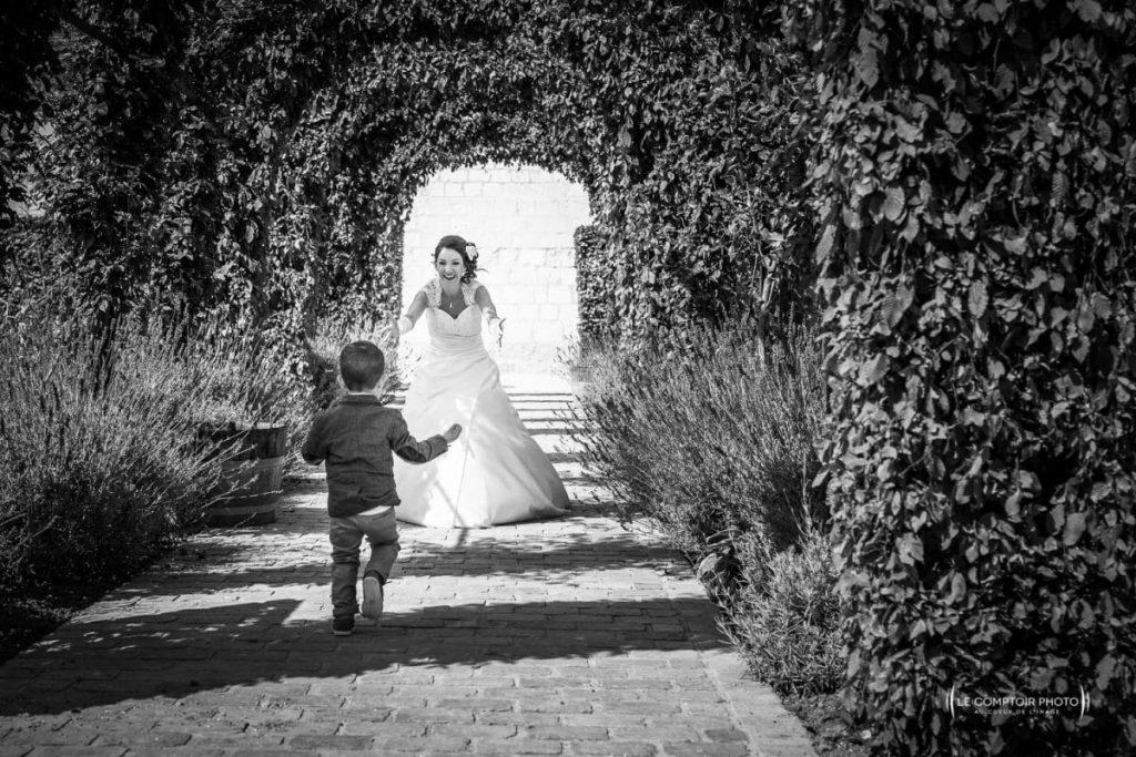 Photographe Beauvais Oise Mariage-arrivée de l'enfant de la mariée en train de courir_Le Comptoir Photo-Beauvais-Oise-Picardie