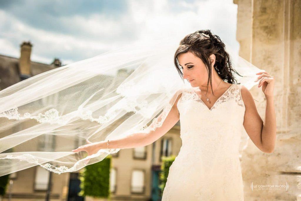 Photographe mariage beauvais oise-la mariée jouant avec son voile_Le Comptoir Photo-Photographe Beauvais-Compiègne-mariage oise