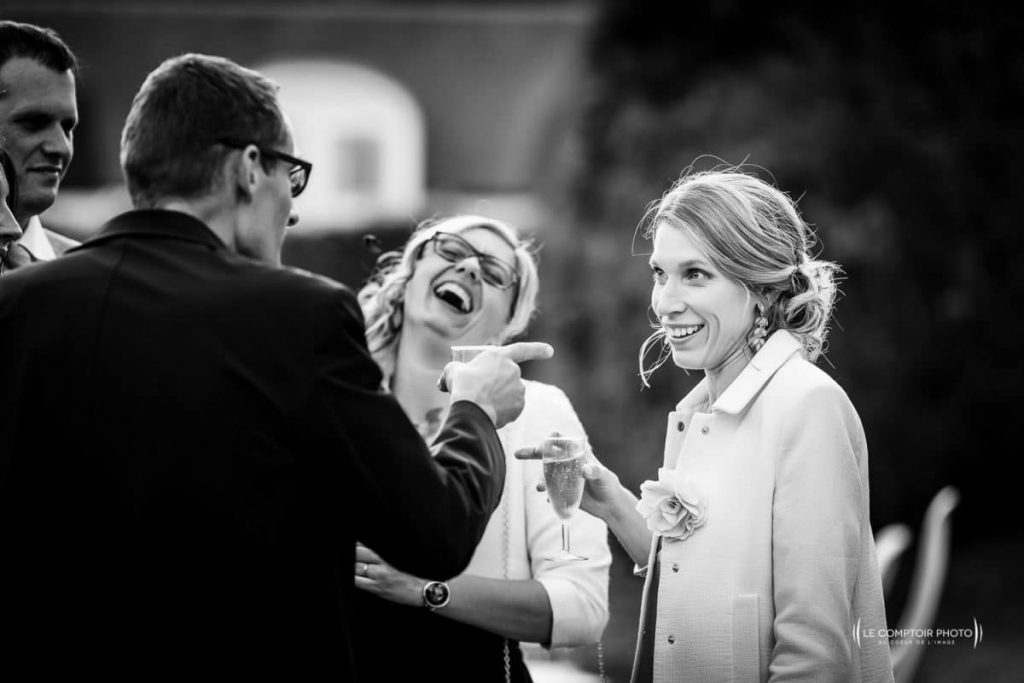 photographe oise-mariage-discussion et rire_vin d'honneur-chateau fillerval-thury sous clermont-Le Comptoir Photo ""