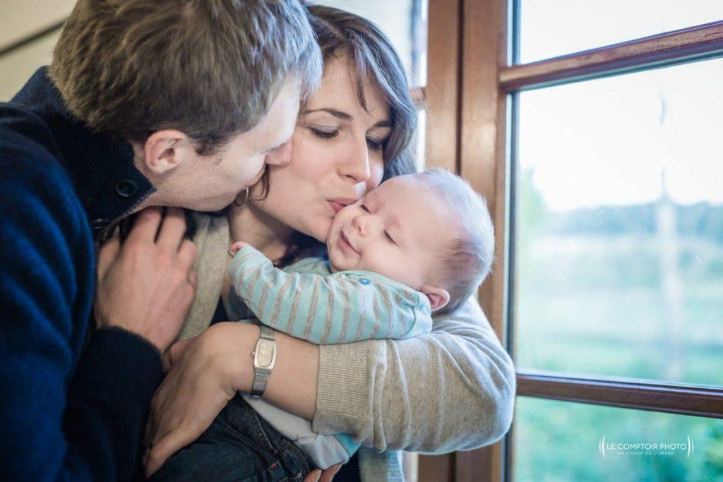 """alt= """" portrait photo nouveau né embrassade parents enfant Beauvais_Le Comptoir Photo """""""