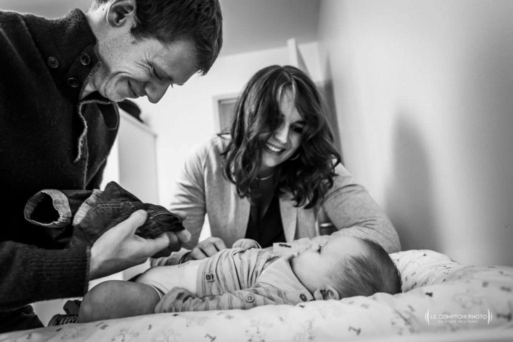 """alt= """" nouveau né habillement regard malicieux parents enfant Beauvais_Le Comptoir Photo """""""