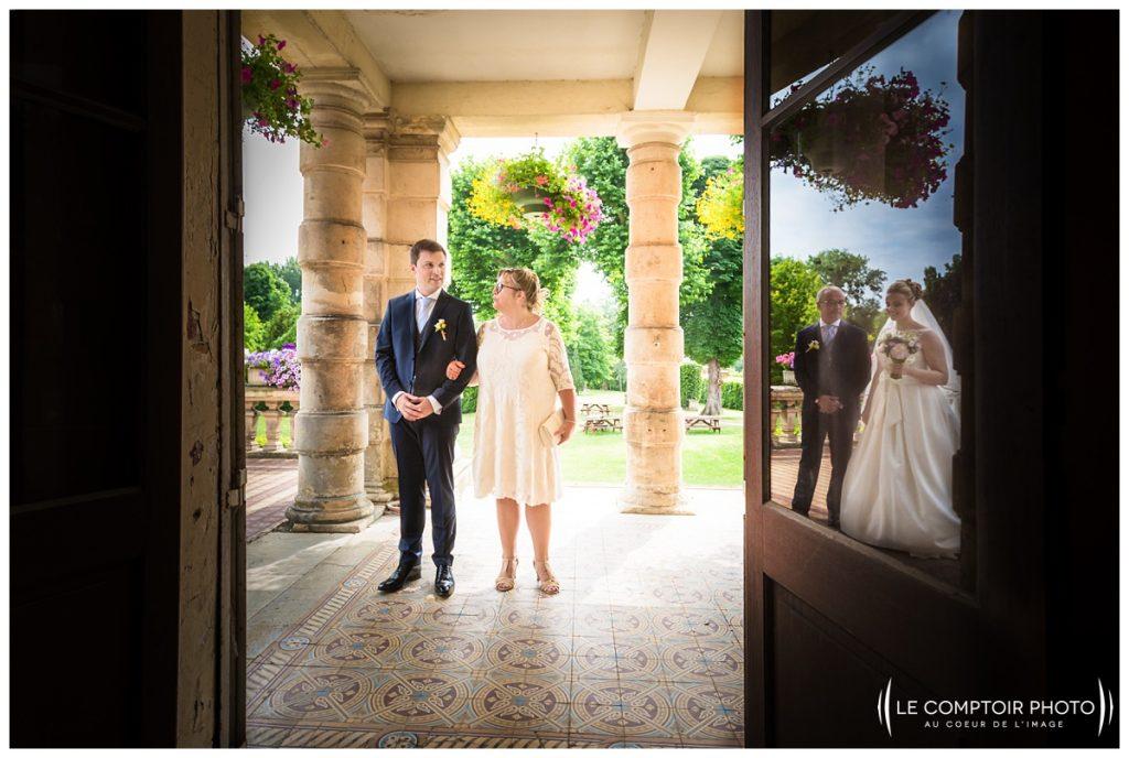 attente sur le parvis_mairie_mariés_ invités_mairie_choisy au bac_Le Comptoir Photo_Photographe mariage oise_Beauvais