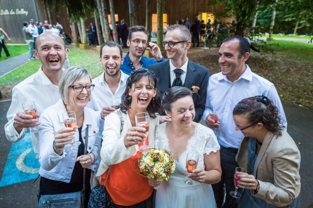 photographe mariage oise beauvais_Le Comptoir Photo maries rire groupe