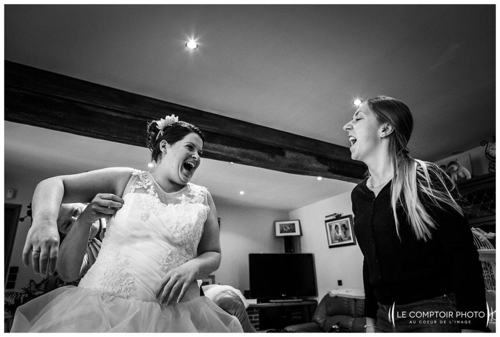 Mariage-mise en robe-rire entre amies- Abbaye de royaumont_asnieres sur oise-préparatifs de la mariée-Le Comptoir Photo-Photographe mariage oise-Beauvais