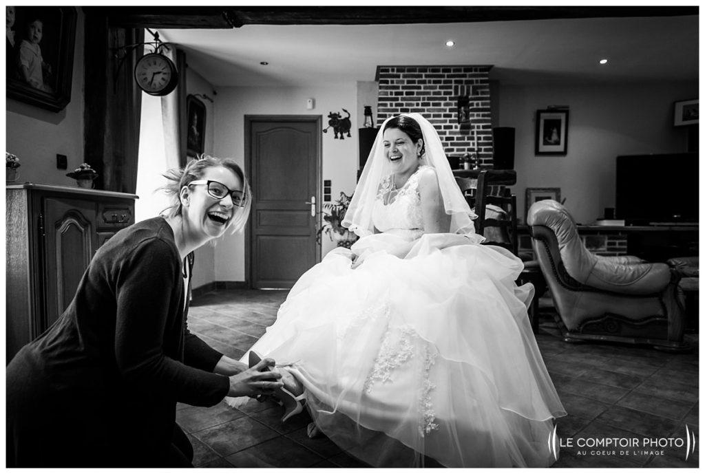 Mariage-chaussure-rire entre amies- Abbaye de royaumont_asnieres sur oise-préparatifs de la mariée-Le Comptoir Photo-Photographe mariage oise-Beauvais