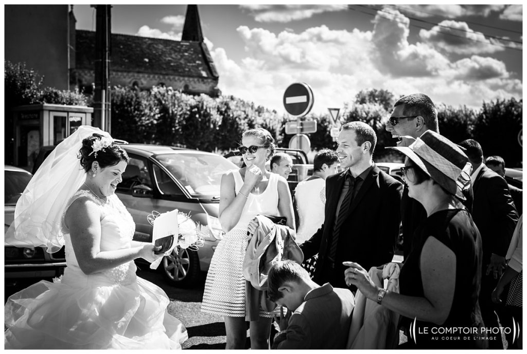Mariage_embrassade-rire-mairie- bury-Abbaye de royaumont_asnières sur oise_Le Comptoir Photo_Photographe mariage oise_Beauvais