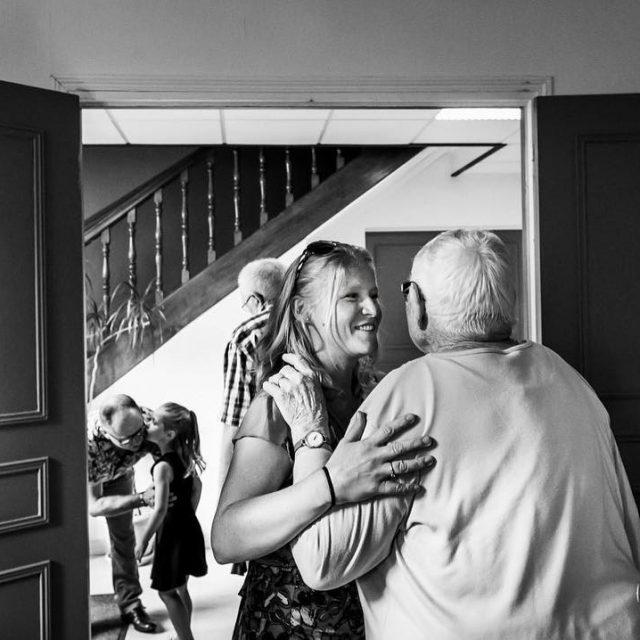 mariage mairie dans laisne photo reportage documentaire embrassade regard emotionhellip