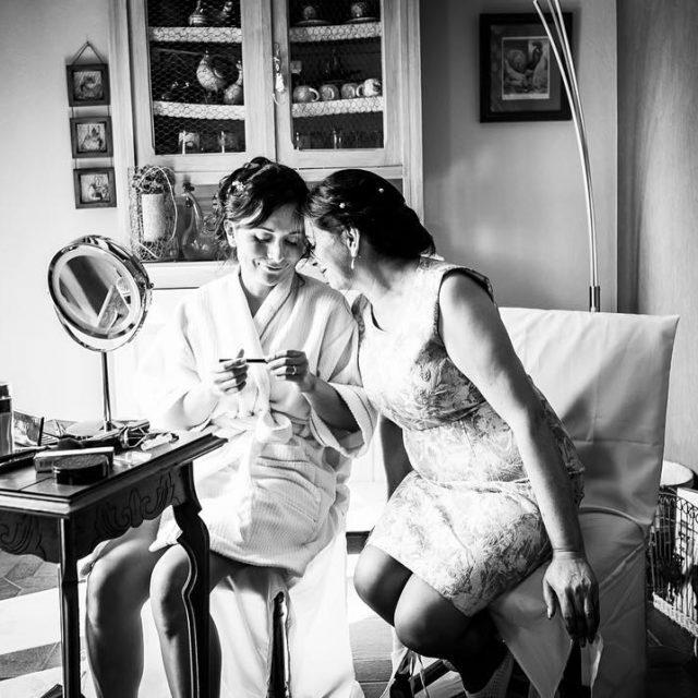 Clin entre maman fille  Mariage francocolombien  wwwlecomptoirphotofr hellip
