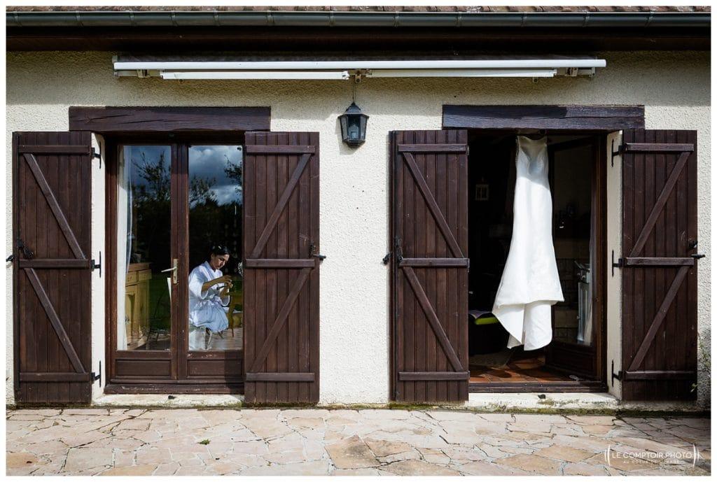 Mariage-Carolina-Fabien-Manoir-de-Chantilly_Gouvieux_Photographe-mariage-Oise_photographe-oise_Le-Comptoir-Photo - préparatifs de la mariée vue extérieure de la maison