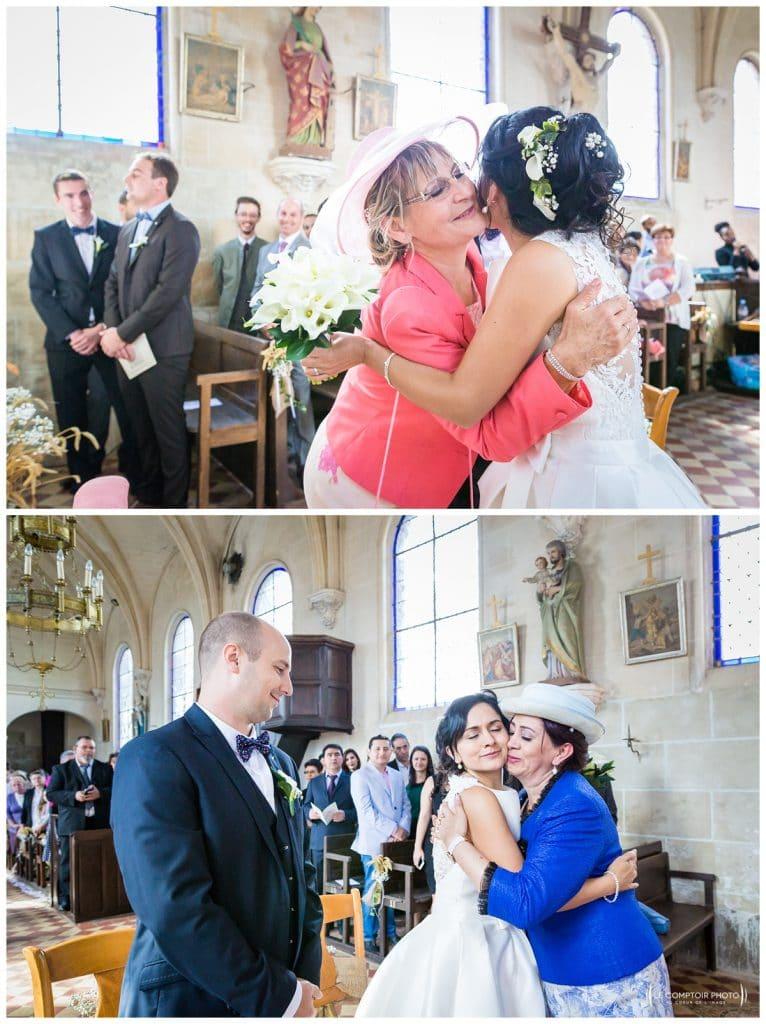 Embrassade des mamans envers leur fille et belle-fille - Mariage-Carolina-Fabien-Manoir-de-Chantilly_Gouvieux_Photographe-mariage-Oise_photographe-oise_Le-Comptoir-Photo