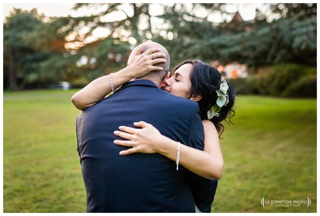 Mariage-Carolina-Fabien-Manoir-de-Chantilly_Gouvieux_Photographe-mariage-Oise_photographe-oise_Le-Comptoir-Photo - calin - embrassade - amour durant la séance couple portrait au manaoir de chantilly à gouvieux