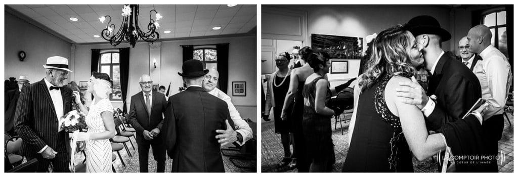 Reportage photo mariage à la Grange des Mollières dans les Yvelines-Photographe mariage Ile-de-France-paris-Oise-Le Comptoir Photo-embrassade à la fin de la mairie
