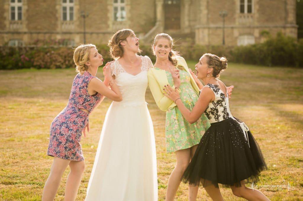 photo de groupe entre amies - photographe professionnel du mariage en Bretagne situé proche de Saint-Brieuc dans les Côtes-d