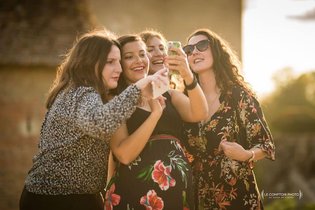 Photographe de mariage à Rennes en Bretagne - Amusement et rire durant le diaporama