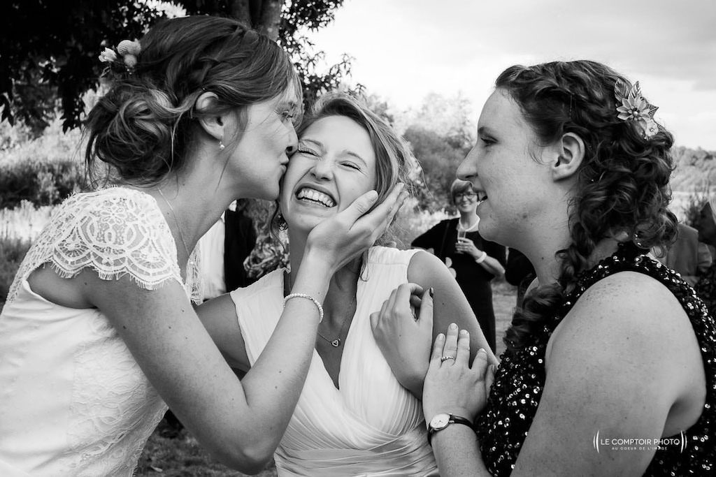 Photographe de mariage à Rennes en Ille-et-Vilaine en Bretagne - rire entre la mariée et les invités